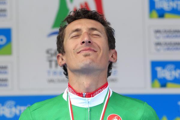 Pellizotti si gode il tricolore sul podio di Borgo Valsugana (foto Bettini)