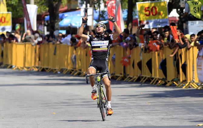 Quintero taglia esultante il primo traguardo del Tour de Langkawi (foto Bettini)
