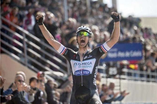 Niki Terpstra alza le braccia nel Velodromo di Roubaix (foto AFP)