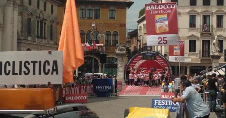 La rampa di lancio della cronoscalata, in Piazza Libertà a Bassano (www.sportflash24.it)