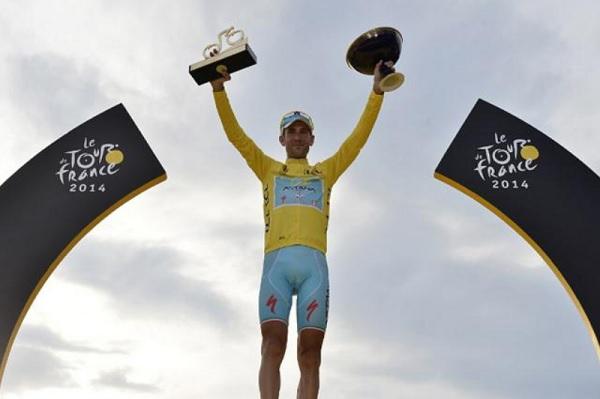 Vincenzo Nibali sfoggia la maglia gialla sul podio di Parigi (foto AFP)