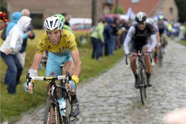 Nibali precede Cancellara in un tratto in pavé (foto Roberto Bettini)