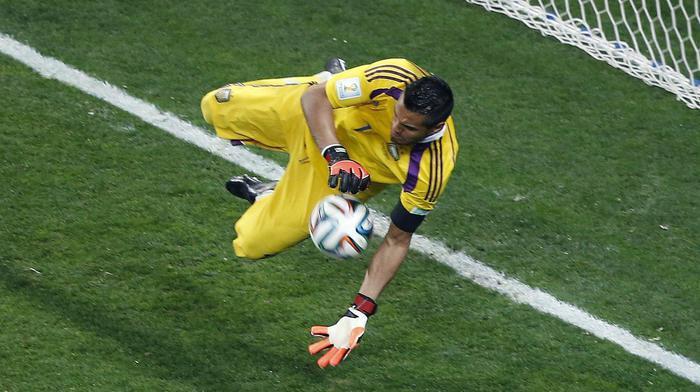 Sergio Romero para uno dei rigori nella decisiva partita contro lOlanda (foto Ansa)