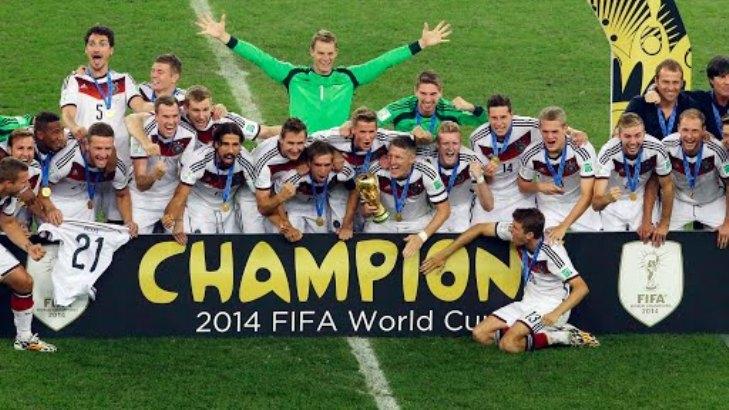 La nazionale tedesca stringe tra le mani la Coppa del Mondo appena conquistata (foto AP /Hassan Ammar)