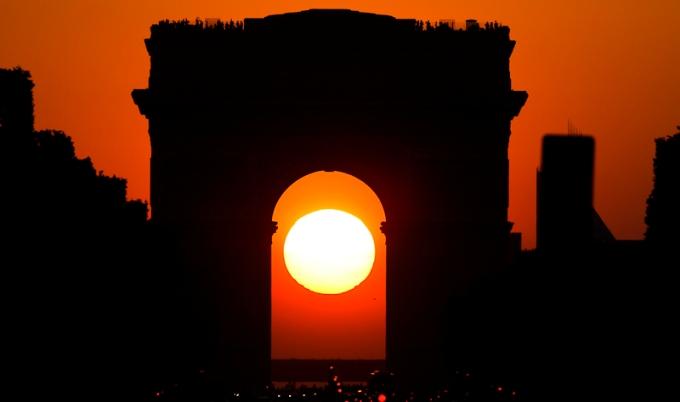 Il sole tramonte dietro lArco di Trionfo (www.capturetheworlds.com)