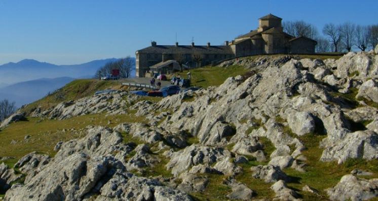 Il santuario di Santuario di San Miguel de Aralar, traguardo dellundicesima tappa della Vuelta 2014 (www.ojodigital.com)