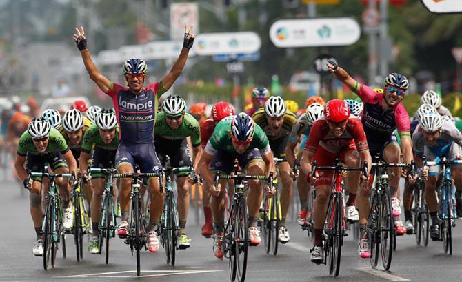 Un vero e proprio successo di squadra: Bonifazio, al centro, sprinta e vince; i suoi compagni della Lampre-Merida, ai lati, esultano (foto Guoqiang Song)