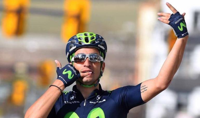 Lobato esulta al telefono sul traguardo di Alhaurín de la Torre (foto Tim de Waele/TDWSport.com)