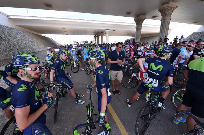 Un momento del sit in del gruppo durante la 5a tappa del Tour of Oman (Tim de Waele/TDWSport.com)