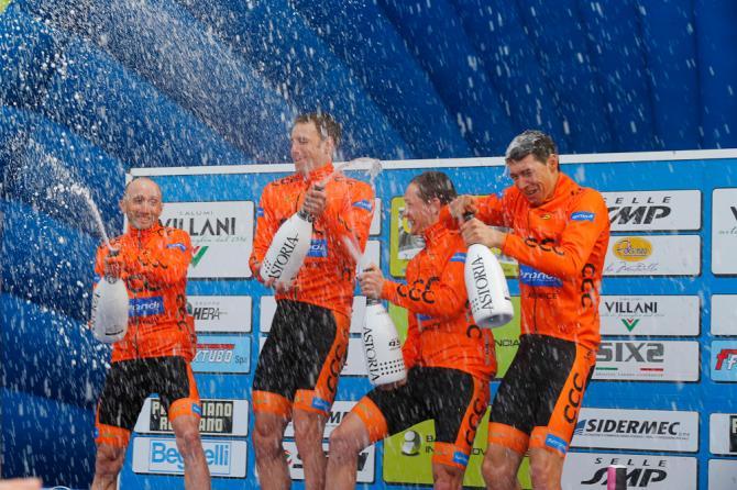 Rebellin festeggia con i compagni di squadra il successo nella cronosquadre (foto Bettini)