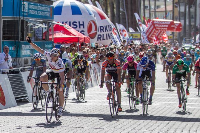 Fatto fuori Cavendish, strada spianata per gli avversari del velocista britannico: vittoria per Greipel (foto Bettini)