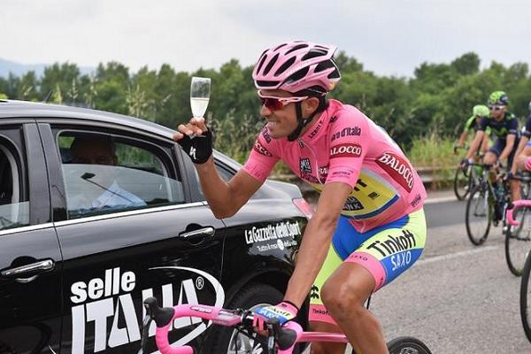 Alberto Contador brinda alla vittoria finale (foto Tim De Waele/TDWSport.com)
