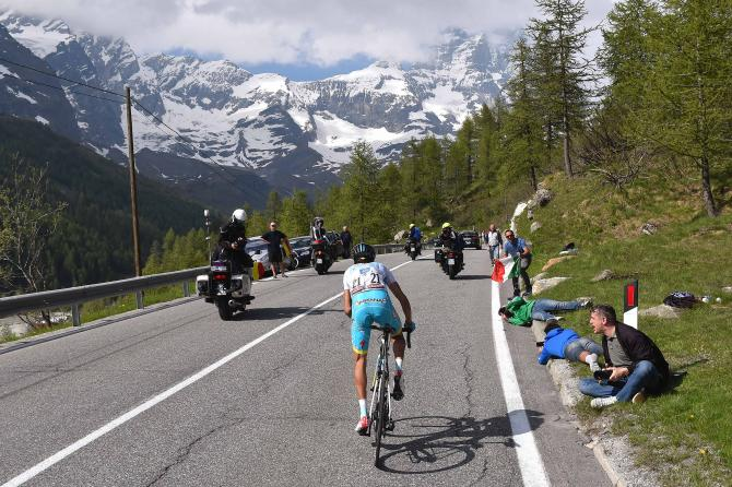 Aru in attacco solitario verso Cervinia (foto Tim de Waele/TDWSport.com)