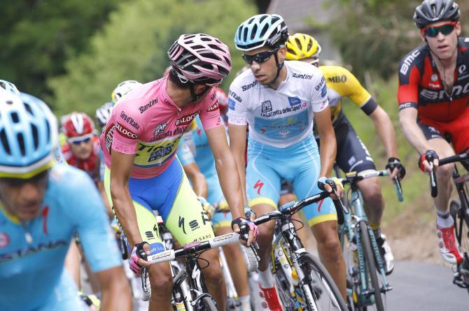 In questo sguardo tra Contador e Aru cè il succo della grande sfida del Giro 2015 (foto Tim de Waele/TDWSport.com)