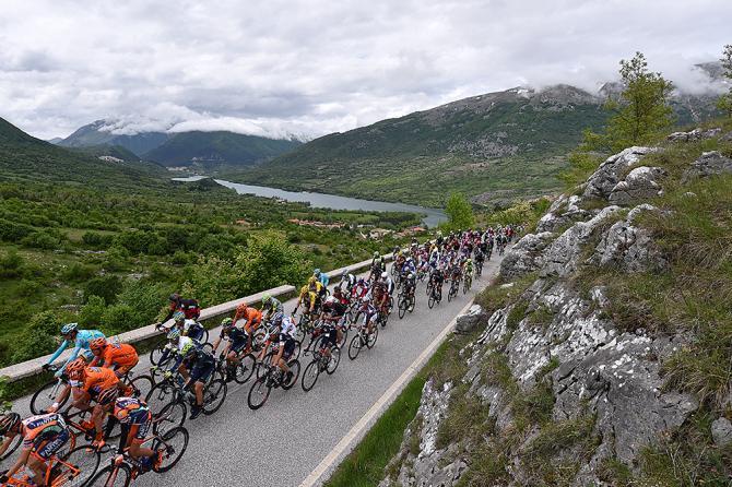 Il Giro sfreccia nei verdi paesaggi dellappennino meridionale (foto Tim de Waele/TDWSport.com))
