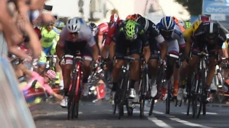 Il principale fatto di cronaca della giornata: Contador a terra, allestrema sinistra, dopo il ruzzolone sul rettilineo di Castiglione della Pescaia (foto Ansa)