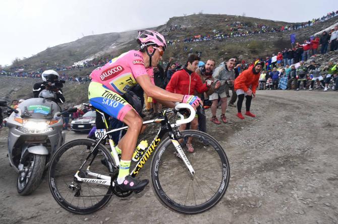 Contador in affanno affronta uno dei tornanti più impegnativi del Colle delle Finestre (foto Tim de Waele/TDWSport.com)