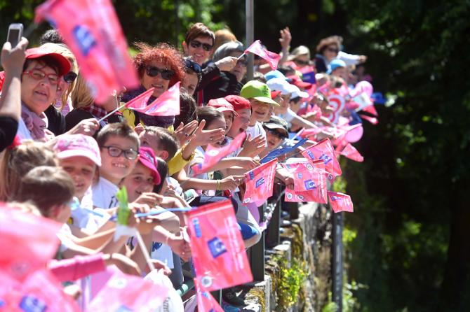 La folla a bordo strada attende il passaggio della corsa rosa (foto Tim de Waele/TDWSport.com)