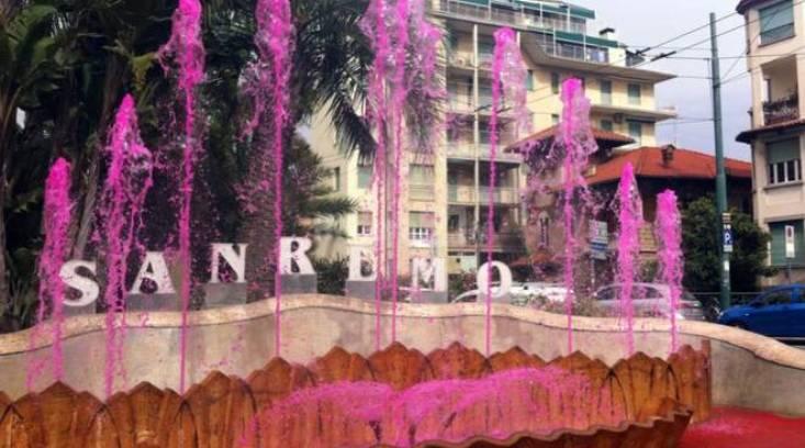 Per festeggiare larrivo del Giro a Milano si è messo labito rosa anche la celebre fontana che svetta in fondo al rettilineo di Via Roma della Milano-Sanremo (www.riviera24.it)