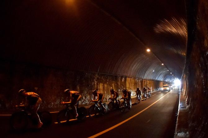 Una squadra affronta la lunga galleria posta allinizio della cronosquadre di Sanremo (foto Tim de Waele/TDWSport.com)