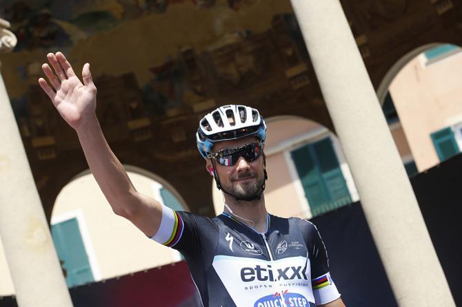Boonen saluti i suoi tifosi al raduno di partenza di Rapallo (foto Getty Images Sport)