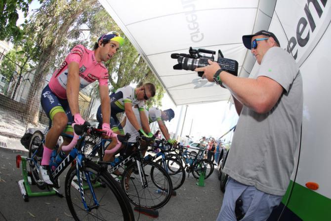 Unaltra istantanea dal raduno di partenza: lex maglia rosa Matthews sui rulli (foto Bettini)