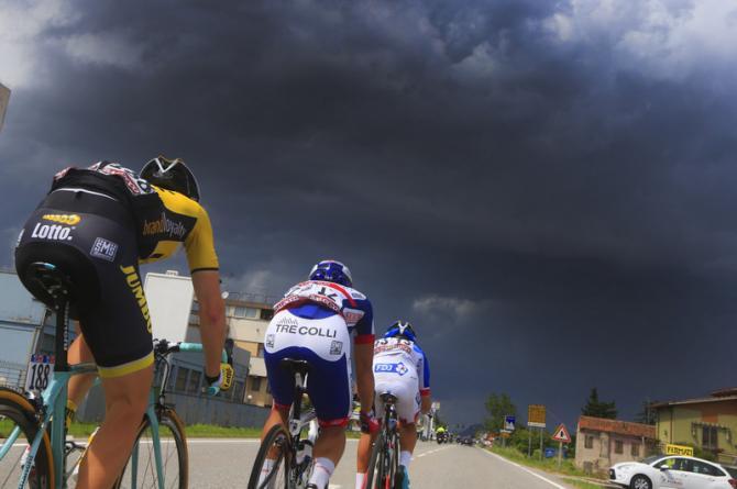 Il gruppo pedala verso il maltempo, protagonista annunciato della tappa in corso e delle successive frazioni (foto Bettini)