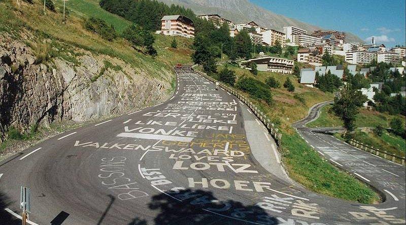 Uno dei mitici tornanti dellAlpe dHuez al naturale, svuotato dalla caratteristica cornice di pubblico del Tour de France (www.italpress.com)