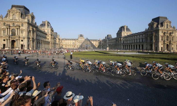 Tour 2013, il passaggio nel gruppo nel cortile centrale del Louvre (foto AP)