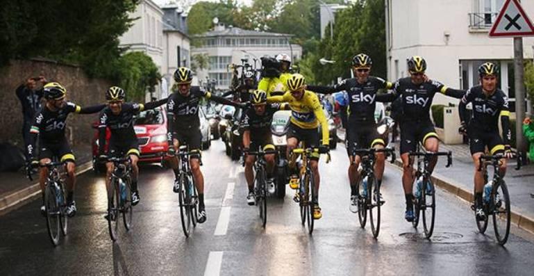 Il Team Sky abbracciato per festeggiare il successo di Froome (www.independent.co.uk)