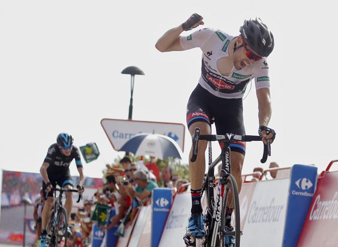 Dumoulin vince in vetta allarcigno traguardo di Cumbre del Sol mentre sullo sfondo si staglia minaccioso Froome (Getty Images Sport)
