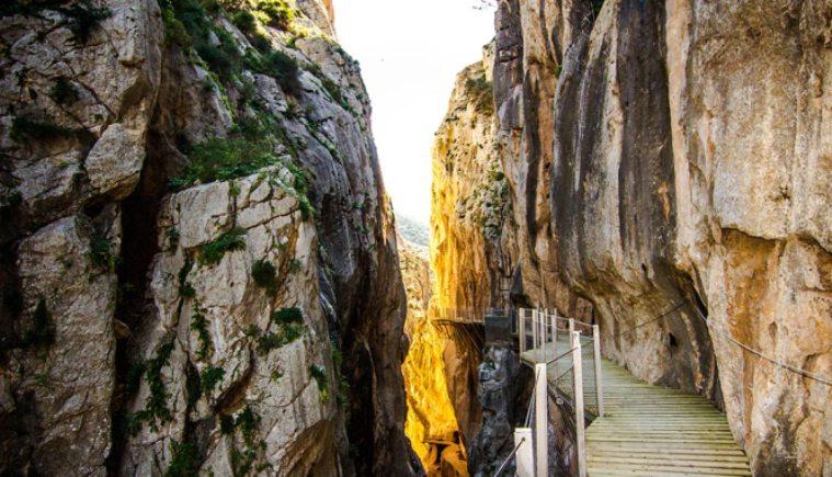 Lo spettacolare Caminito del Rey, non lontano dal quale si concluderà la prima tappa di montagna della Vuelta 2015 (www.caminitodelrey.info)
