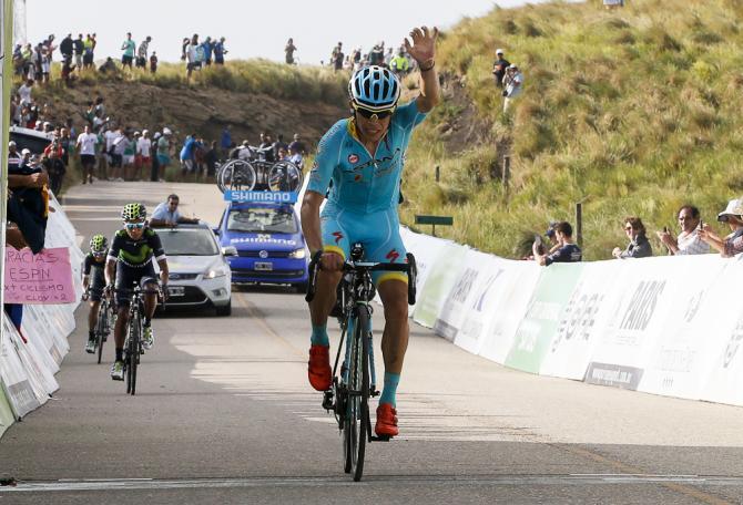 Miguel Angel Lopez (Astana) si impone in vetta allimpegnativa salita del Filo de la Sierra de Comechingones (foto Bettini)