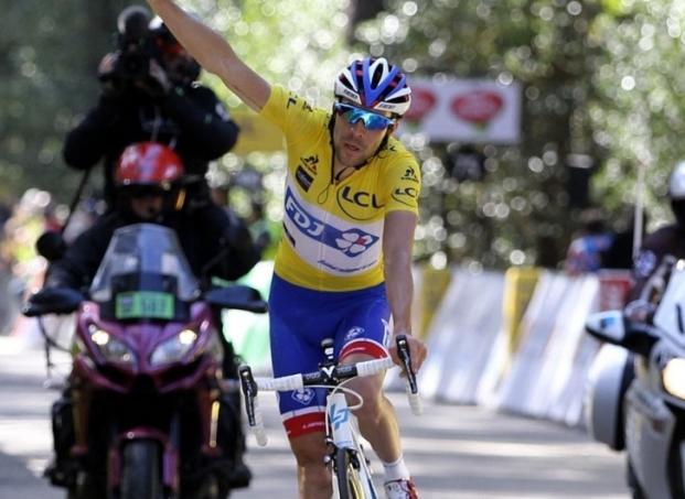 Thibaut Pinot esulta in maglia gialla in vetta al Col de lOspedale (foto AFP)