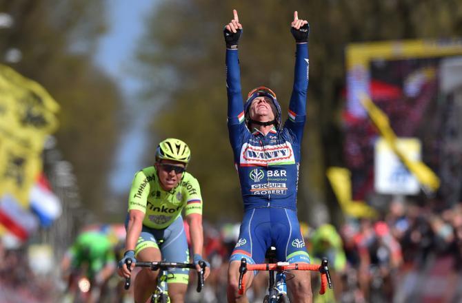 Gasparotto torna ad alzare le braccia al cielo sul traguardo dellAmstel Gold Race (foto Tim de Waele)