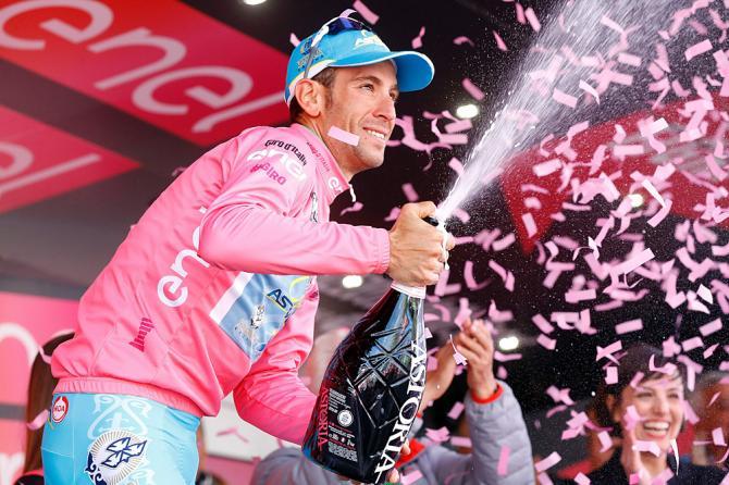 Vincenzo Nibali sfoggia la maglia rosa appena conquistata a SantAnna di Vinadio (foto Getty Images Sport)