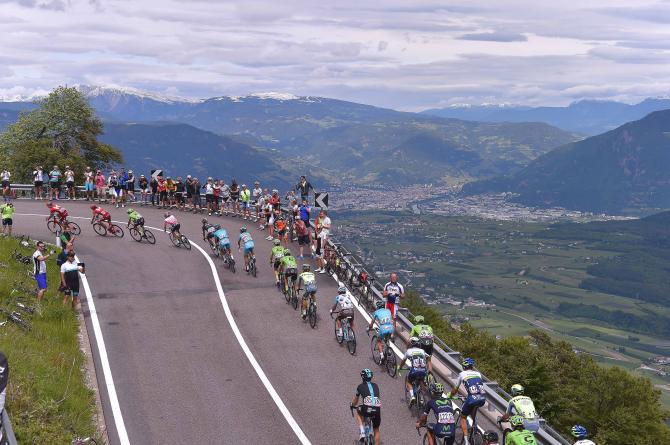 Unistantanea del gruppo impegnato sui tornanti del Passo della Mendola, poco prima che scatti la bagarre decisiva (foto Tim de Waele/TDWSport.com)
