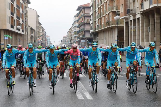 La sfilata trionfale degli Astana alla partenza da Cuneo della tappa conclusiva del Giro 2016 (Getty Images Sport)