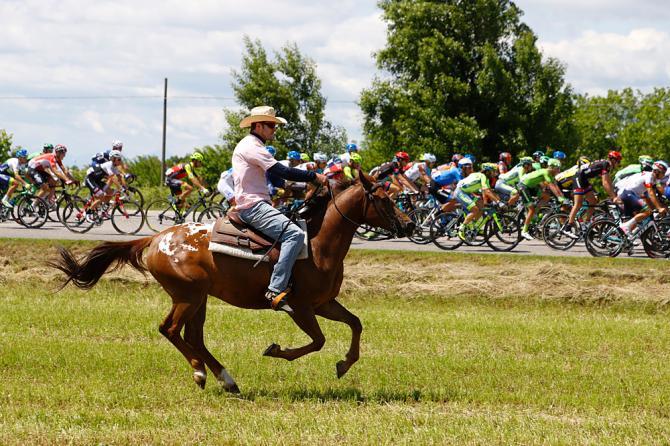 Curioso parallelo tra il gruppo e un fantino a cavallo durante la tappa di Cividale (Getty Images Sport)