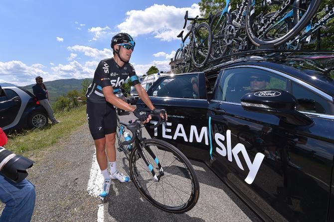 Il momento del ritiro dello spagnolo Mikel Landa, uno dei grandi favoriti per il successo finale del Giro 2016 (foto Tim de Waele/TDWSport.com)