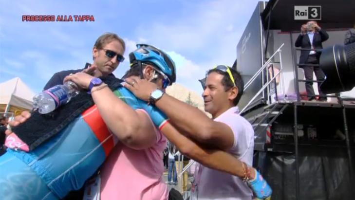 Una delle immagini più belle del Giro 2016; labbraccio tra Nibali e i genitori di Chaves al traguardo di SantAnna di Vinadio