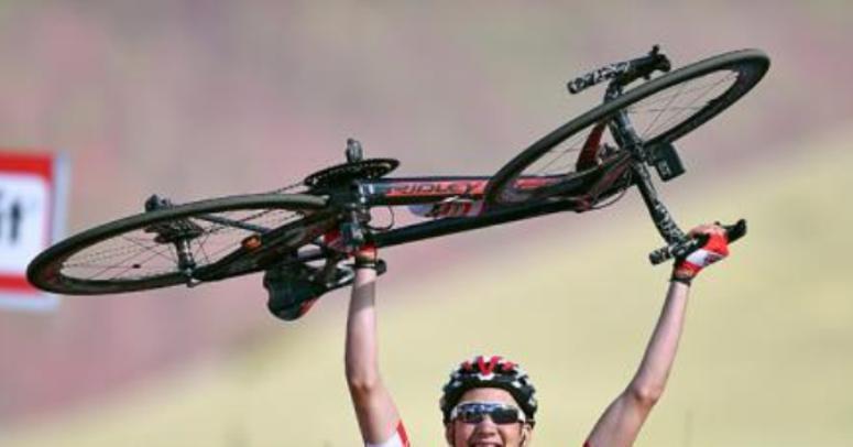 La bicicletta di Wellens sollevata al cielo dal vincitore della tappa di Roccaraso (foto Tim de Waele/TDWSport.com)