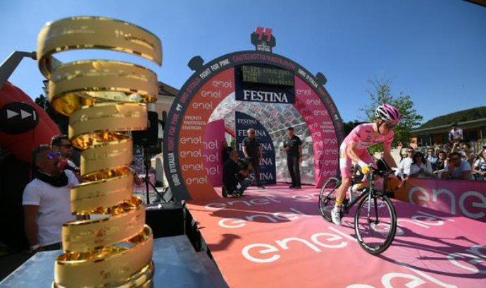 Il momento della partenza da Castelrotto della maglia rosa Steven Kruijswijk (profilo twitter Giro dItalia)