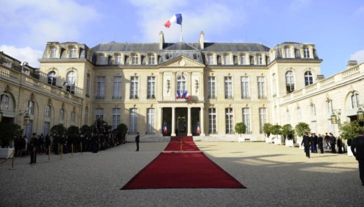 Il palazzo dellEliseo, residenza del presidente della repubblica francese, situato a lato della celebre ed omonina avenue, teatro del tradizionale circuito conclusivo del Tour de France (/www.ilpost.it)