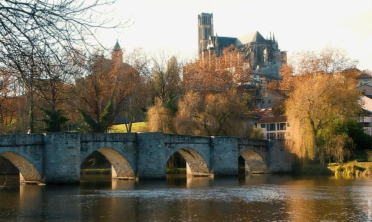 La cattedrale di Limoges vista dal fiume Vienne (gerardmatricali.files.wordpress.com)
