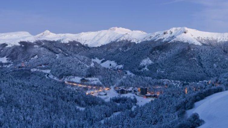 Vista panoramica su Le Lioran e le montagne circostanti (en.france-montagnes.com)