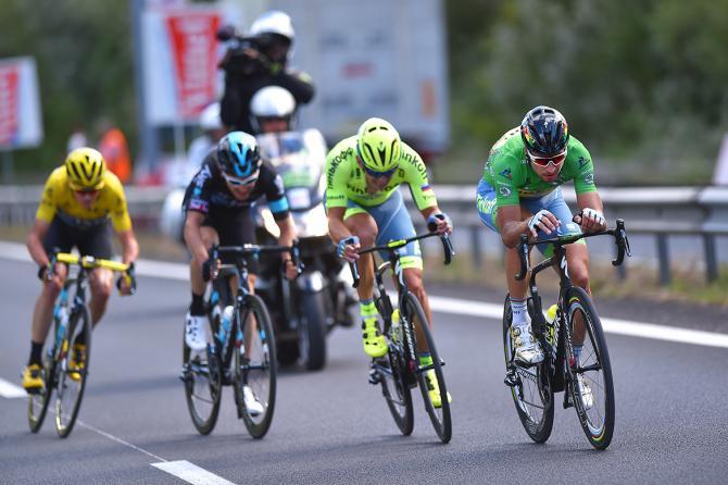 Froome, ultimo in coda al gruppetto comprendente anche Sagan, allattacco nel finale della ventosa tappa di Montpellier (foto Tim de Waele/TDWSport.com)