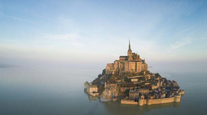 Mont-Saint-Michel sembra quasi presa dassedio dalle acque della Manica (it.normandie-tourisme.fr)