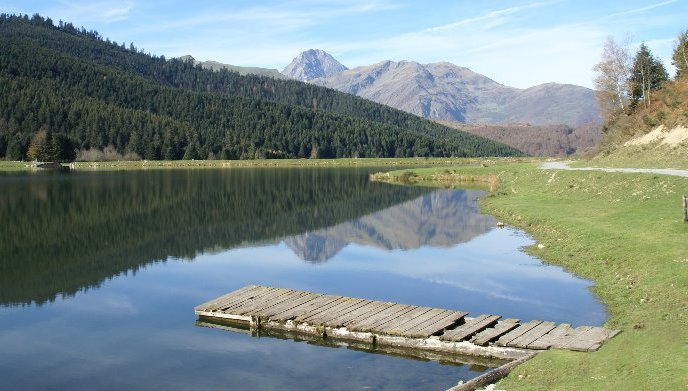 Il delizioso Lac de Payolle, adagiato ai piedi della catena pirenaica (www.natura-photos.net)