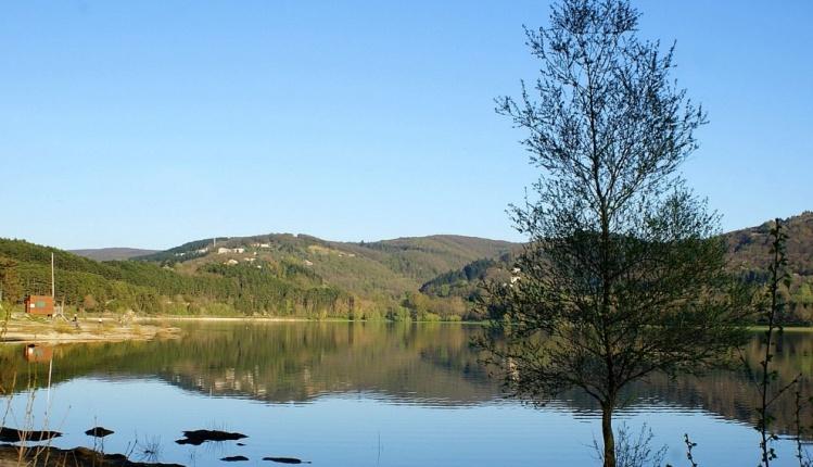 Il lago di Saint-Ferréol alle porte di Revel (www.fond-ecran-image.com)